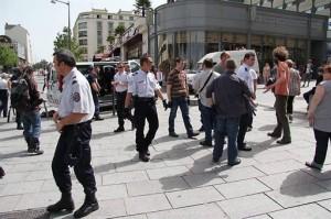Ambiance tendue hier après-midi, devant le centre commercial Les trois soleils, où un groupe d'une vingtaine de marginaux squatte depuis des mois. La police a embarqué une dizaine de chiens.